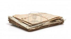 11234075-pila-de-papel-viejo-cartas-postales-sobres--atencion-selectiva