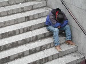 Hombre-durmiendo-sentado-en-escaleras
